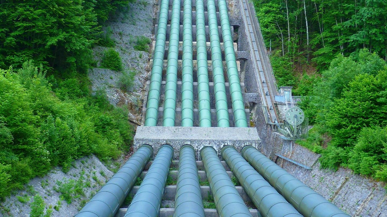 Wasser wird durch Druckrohre dorthin gebracht, wo es gebraucht wird