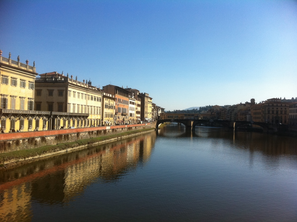 Fiume arno view of the ponte vecchio in the distance