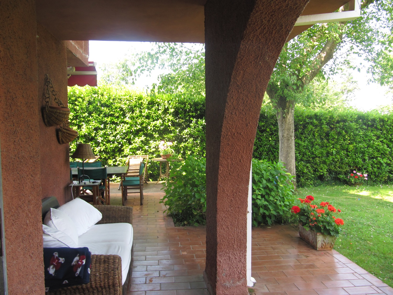 holiday-villa-forte-dei-marmi-back -patio-sofa.JPG