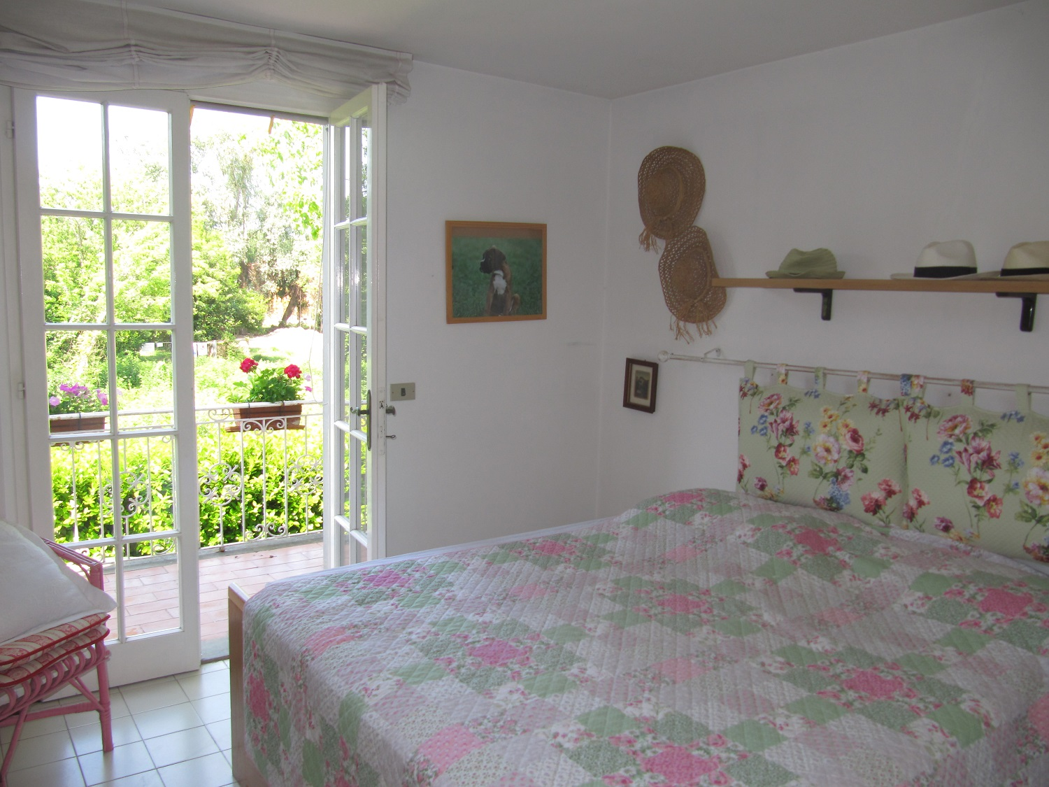 holiday-villa-forte-dei-marmi-bedroom-balcony.JPG