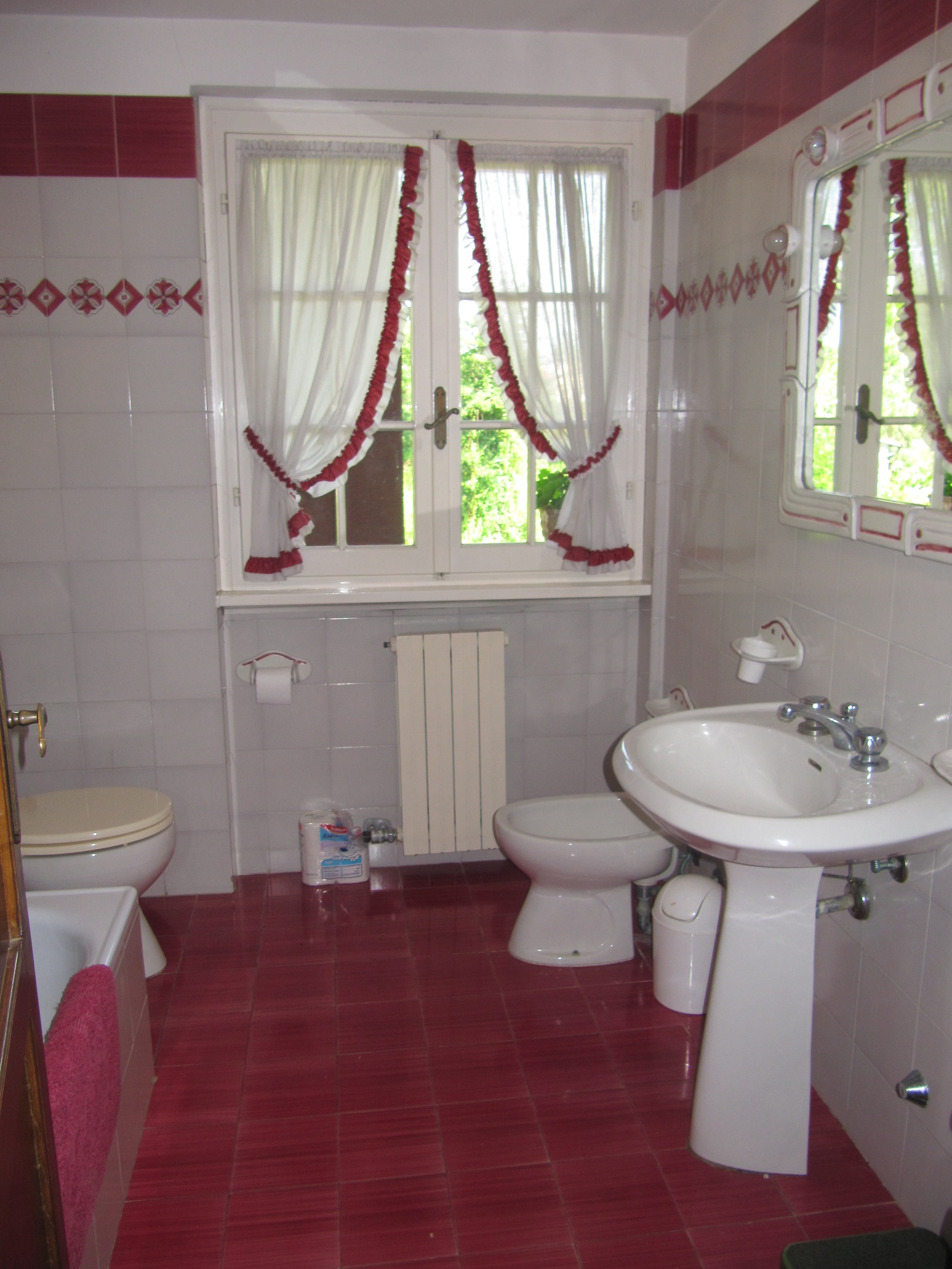 holiday-villa-forte-dei-marmi-family-bathroom.JPG