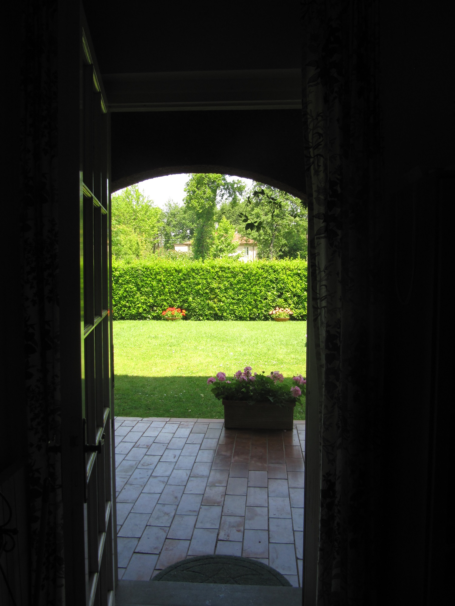 holiday-villa-forte-dei-marmi-garden-back-door.JPG