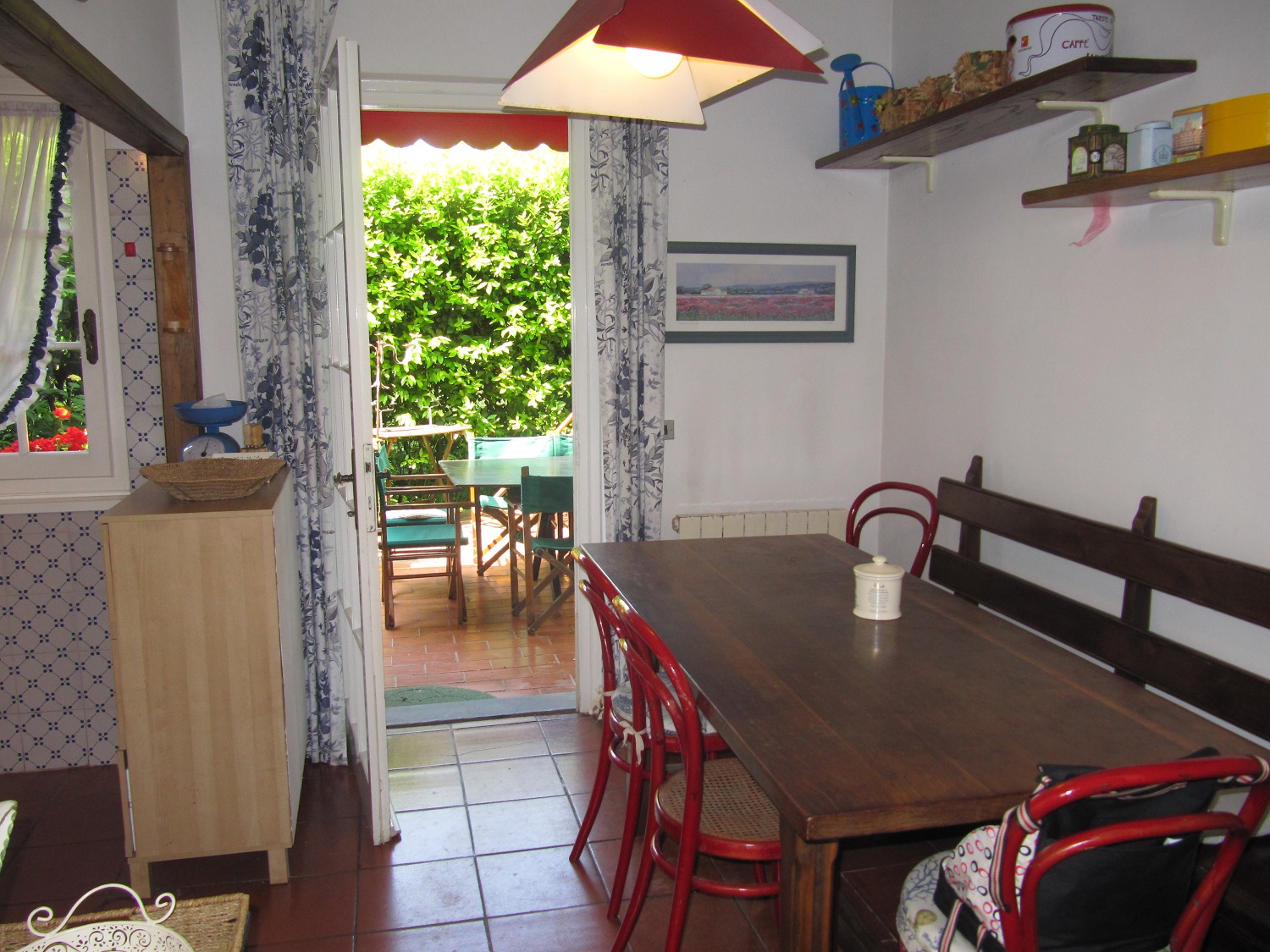holiday-villa-forte-dei-marmi-kitchen-table.JPG