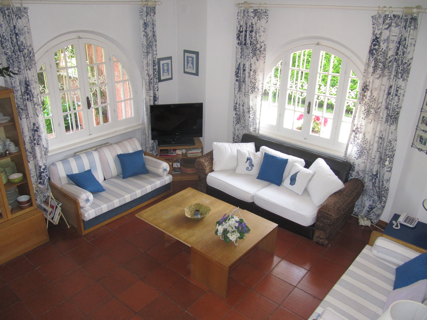 holiday-villa-forte-dei-marmi-living-room-tv.JPG