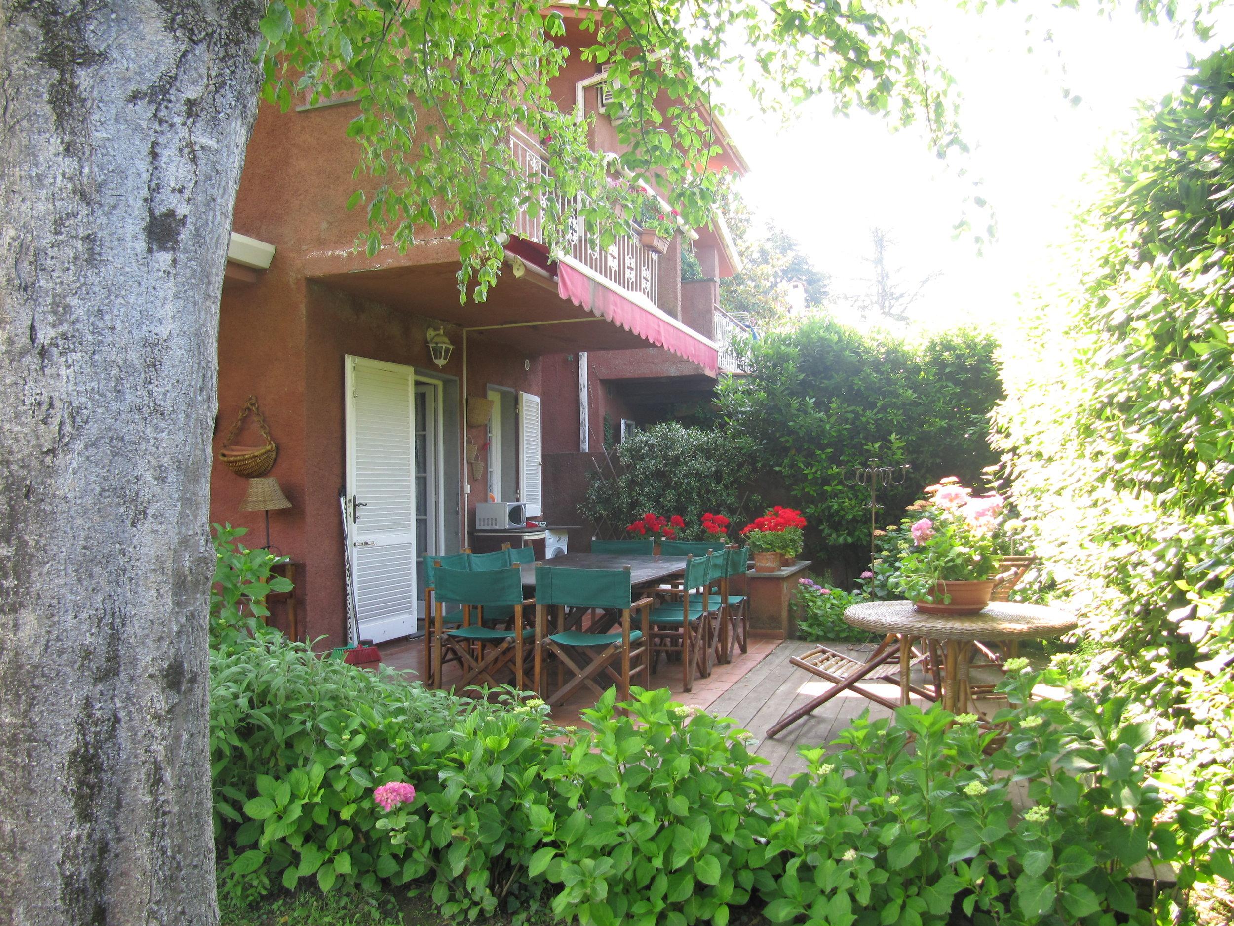 holiday-villa-forte-dei-marmi-patio-table.JPG