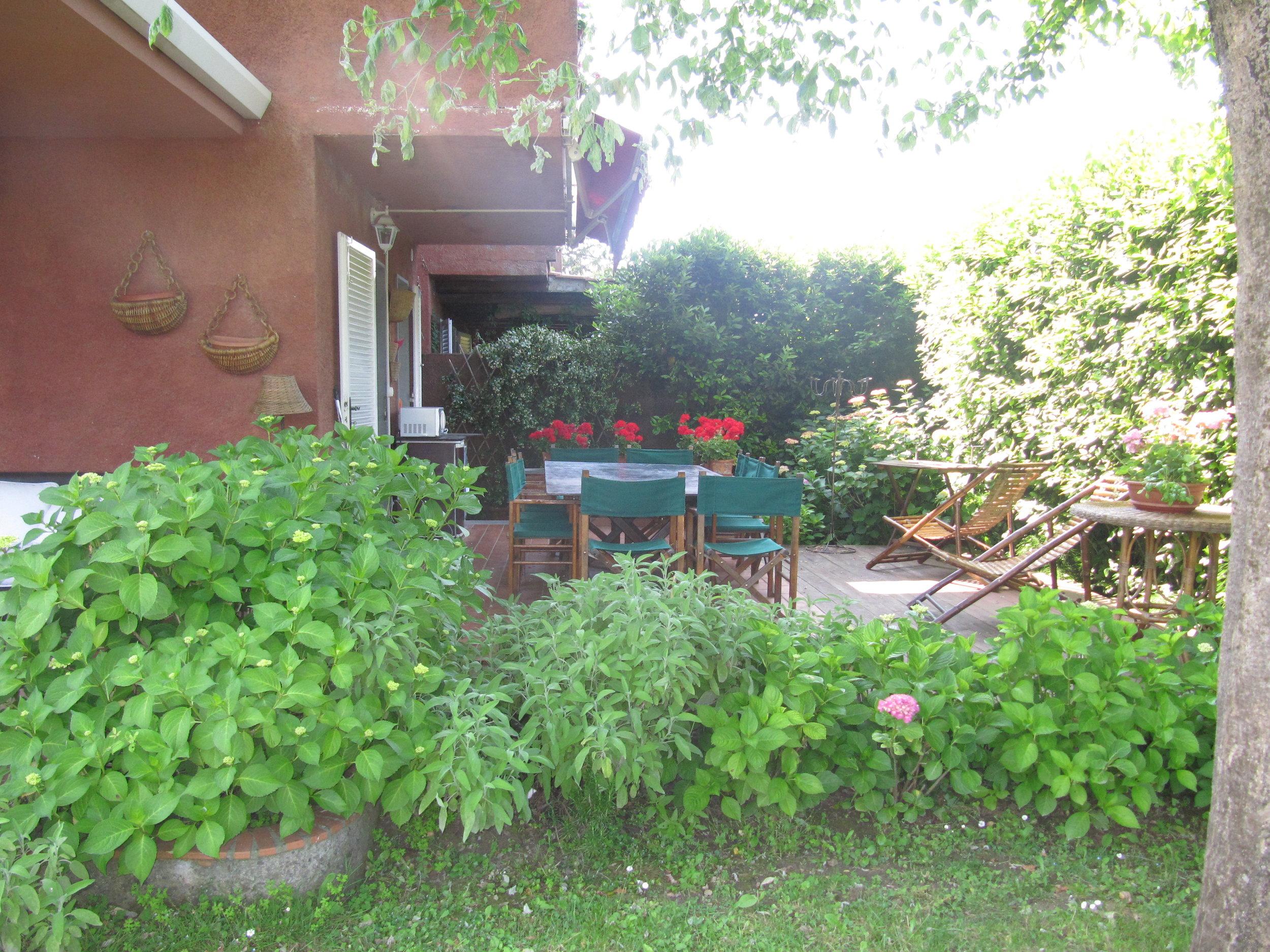 holiday-villa-forte-dei-marmi-outside-dining-table.JPG