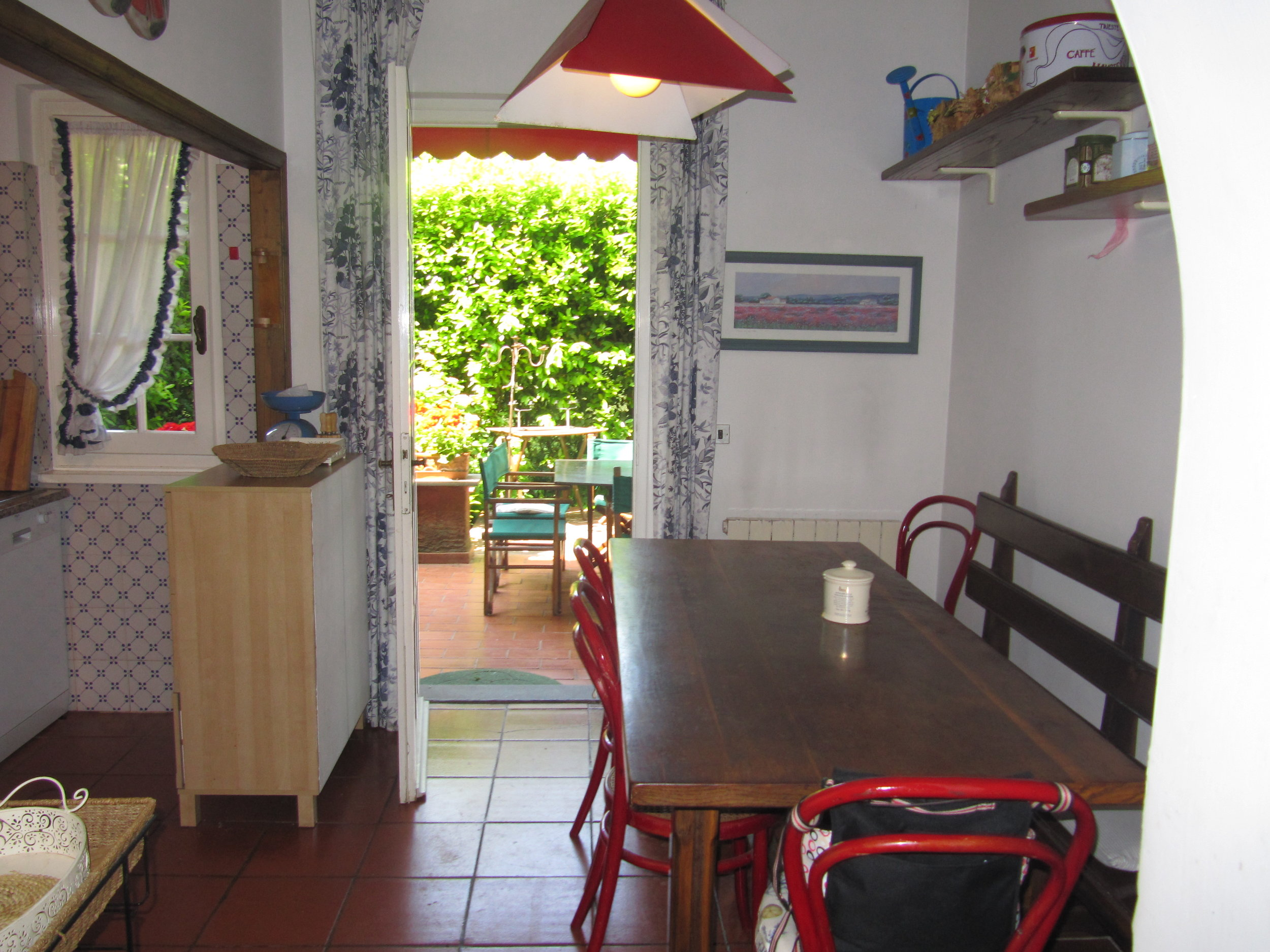 holiday-villa-forte-dei-marmi-kitchen-table.JPG