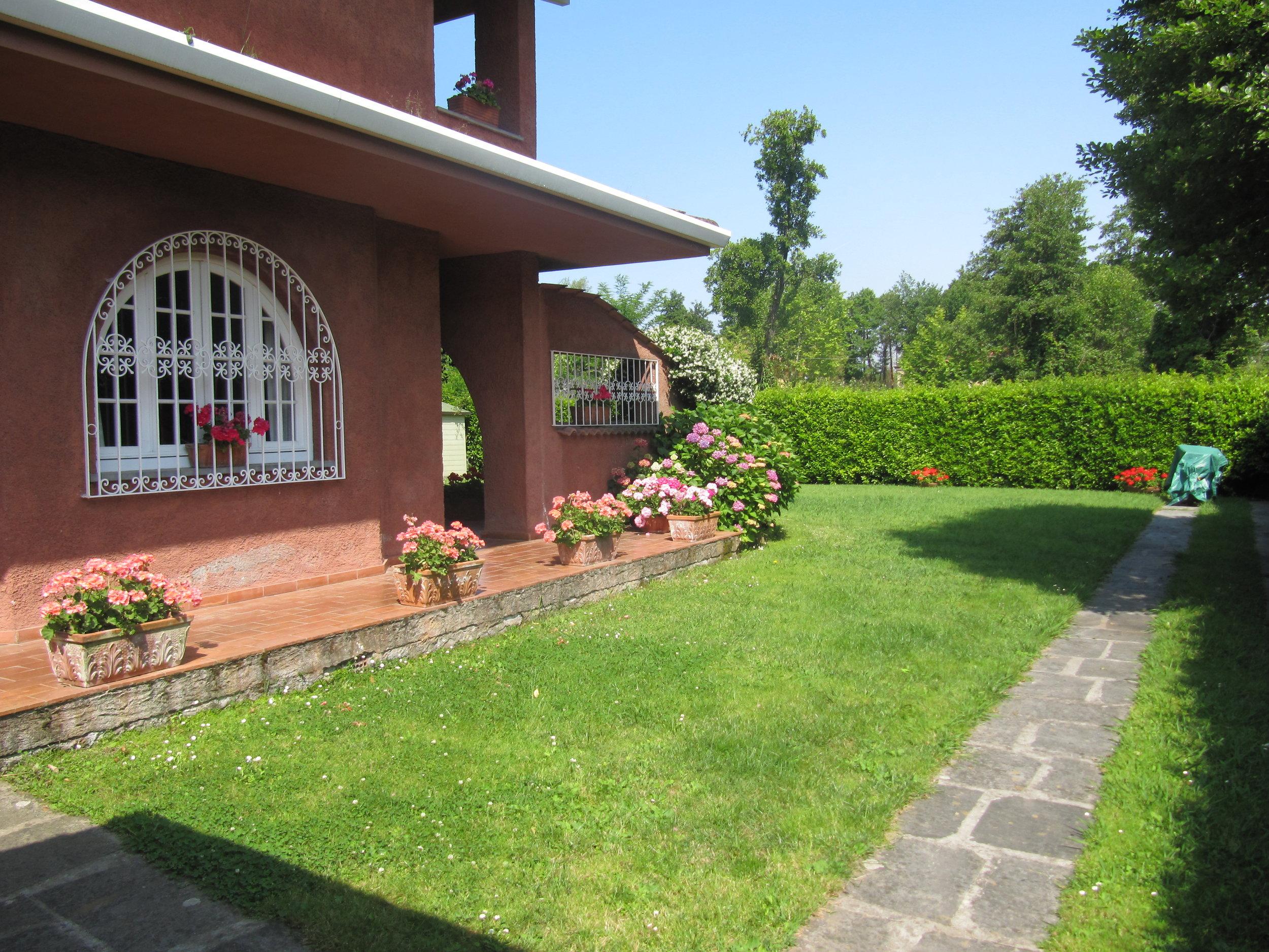 holiday-villa-forte-dei-marmi-car-park.JPG
