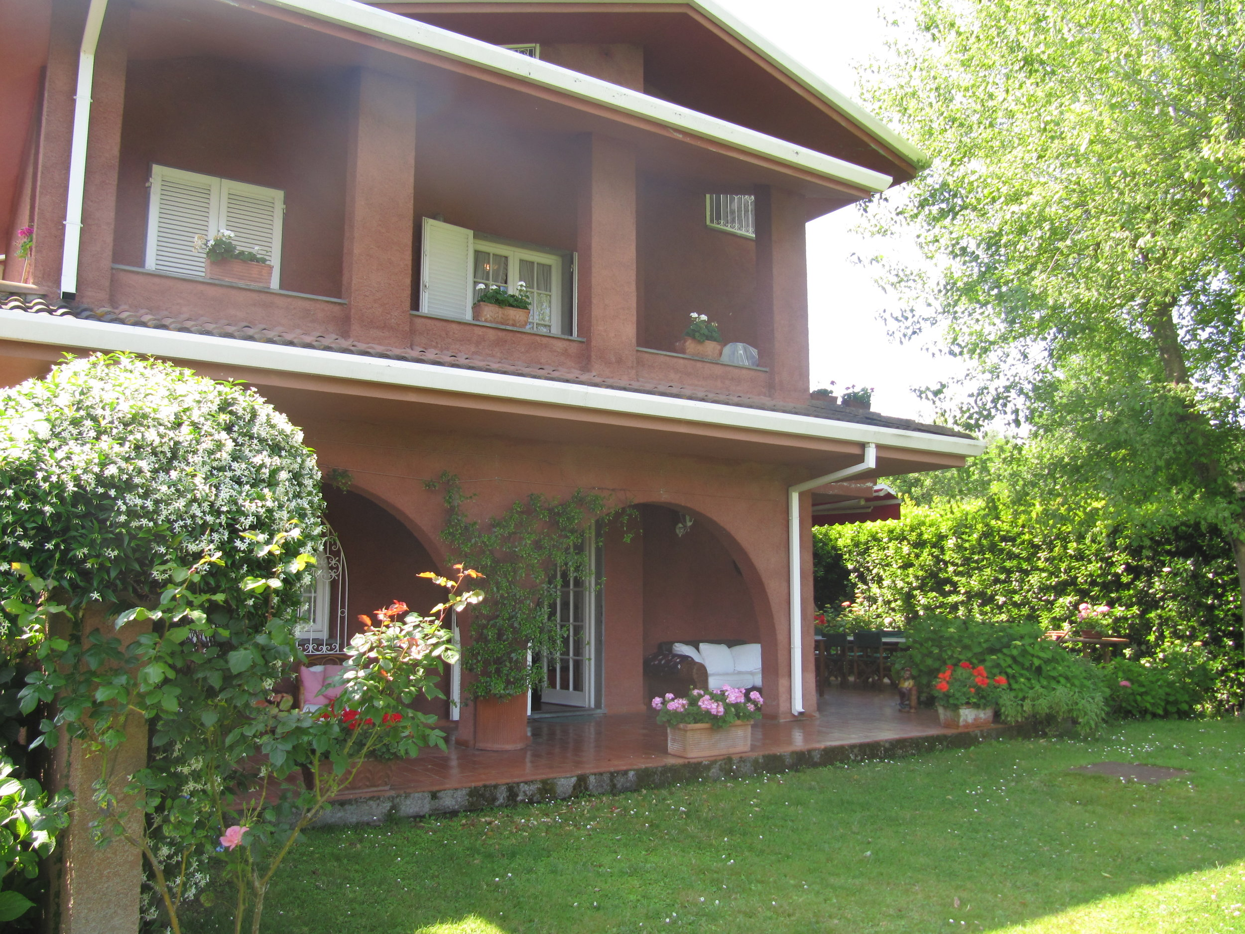 holiday-villa-forte-dei-marmi-back-garden.JPG