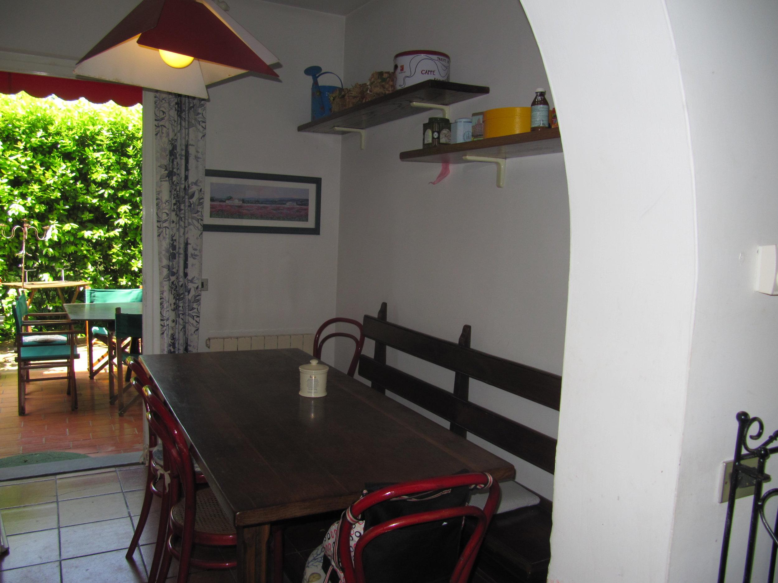 holiday-villa-forte-dei-marmi-kitchen.JPG
