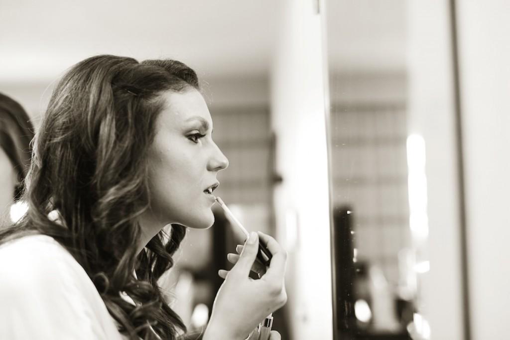 bride-putting-on-lipstick-1024x683.jpg