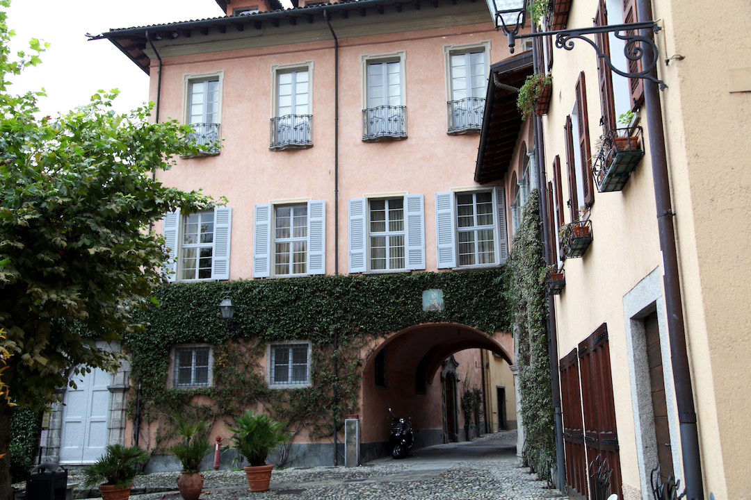 pink-house-in-lake-como.jpg