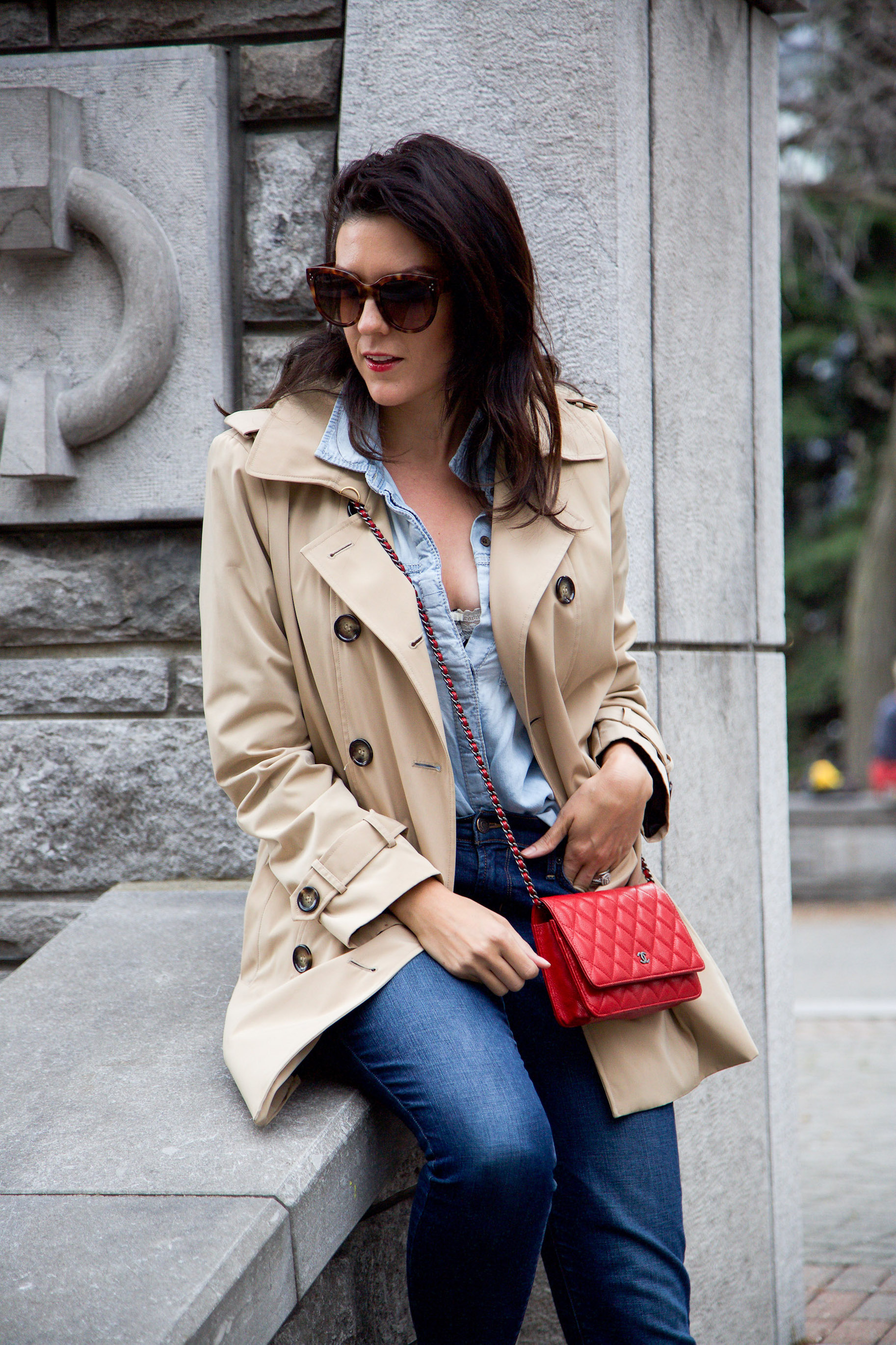 denim-on-denim-outfit-with-trench-coat-and-red-accessories4.jpg