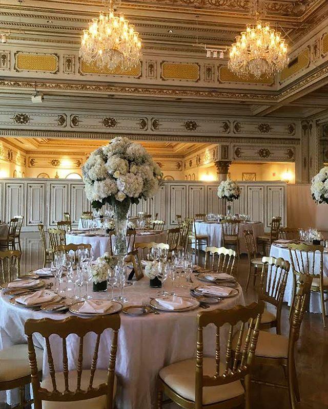 Happy Saturday! Look at this magical wedding decor ✨ golden.  __________________________________________  #weddingsofinstagram #weddingday #weddingvenue #florists #floralarrangements #flowers #flowerdecor #flowerdesign #weddinginspiration #weddingflowers #weddingflorals #fieldofflowers #elegant #wedding2019 #goldendetails #whitedecor #flowerpower #dreamweddings #dreambig #sayido #floralartistry