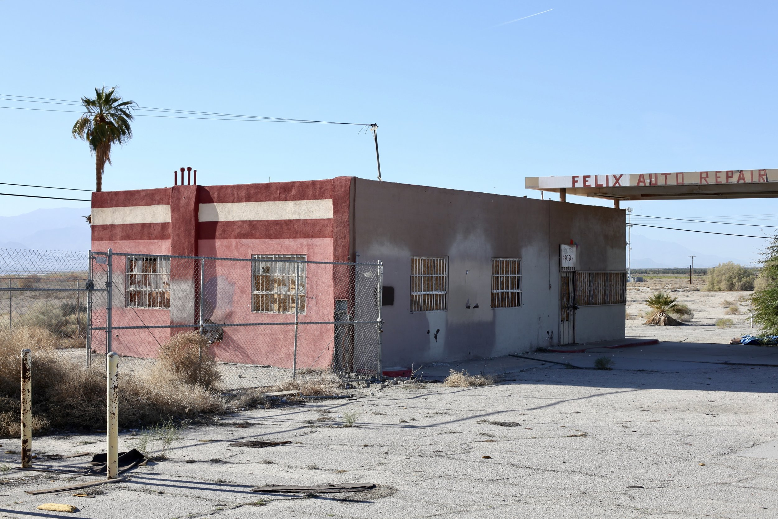 Felix Auto Repair sits abandoned near Skip's Liquor in North Shore, Calif. on Jan. 6, 2017.(Photo by Ethan Jakob Craft.)