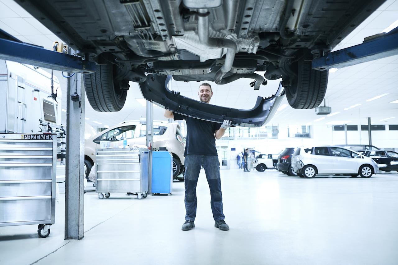 Monteren & Uitlijnen - Nadat het afplak papier zorgvuldig is verwijderd plaatsten onze monteurs de eerder opgeslagen onderdelen en nieuwe onderdelen op de auto.