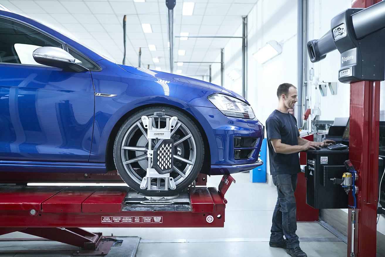 Uitlijnen - Bij wielophanging schade wordt er een uitlijnrapport gemaakt om te controleren of dat alle wielen weer de juiste stand hebben. Op onze 'uitlijnbrug' kunnen onze monteurs verschillende wiel en band eigenschappen controleren.