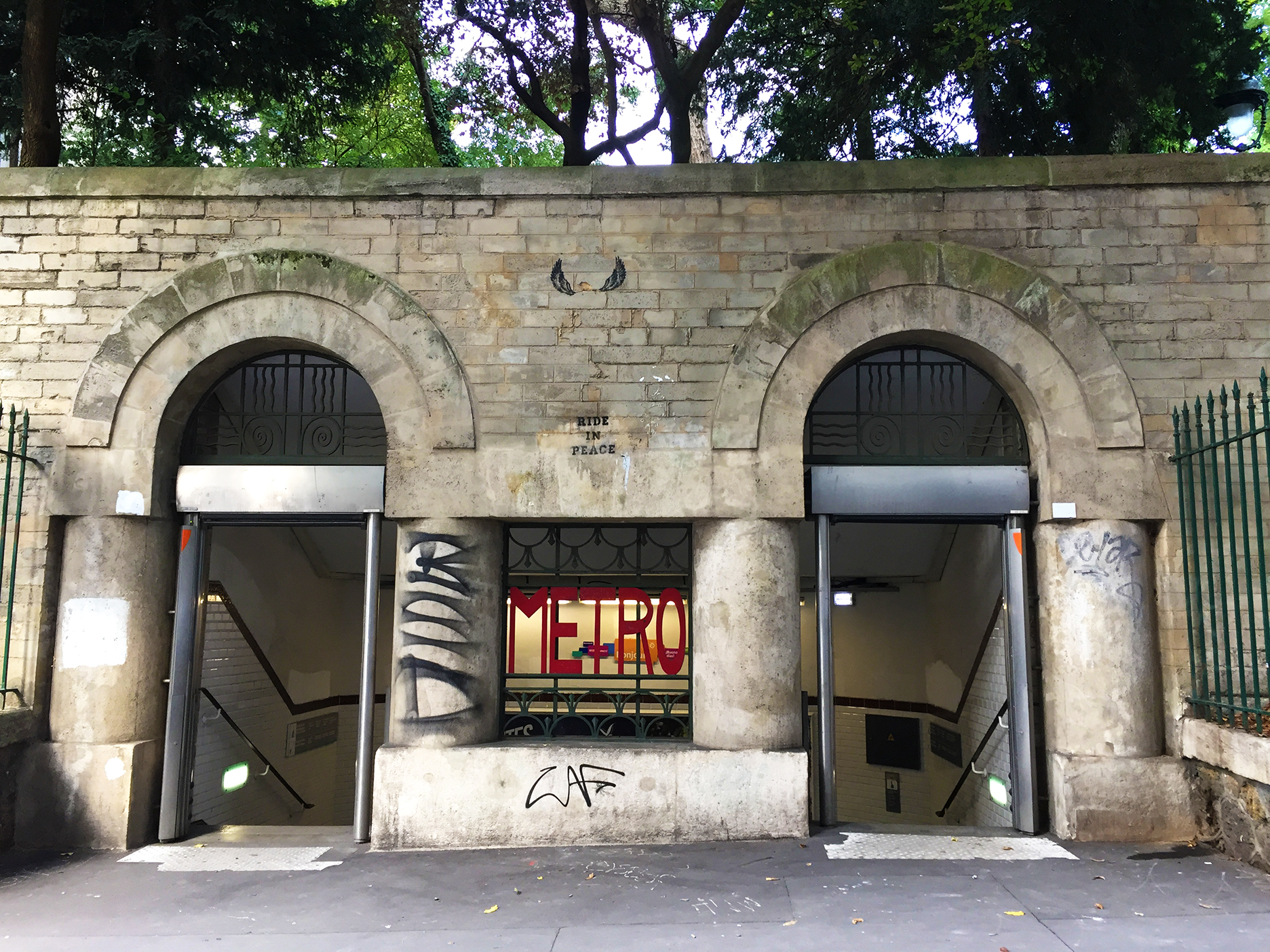 The original entrance to station Monge is the 5th arrondissement is located next to the arênes de Lutèce, one of the few remnants of the city in Gallo-Roman times.