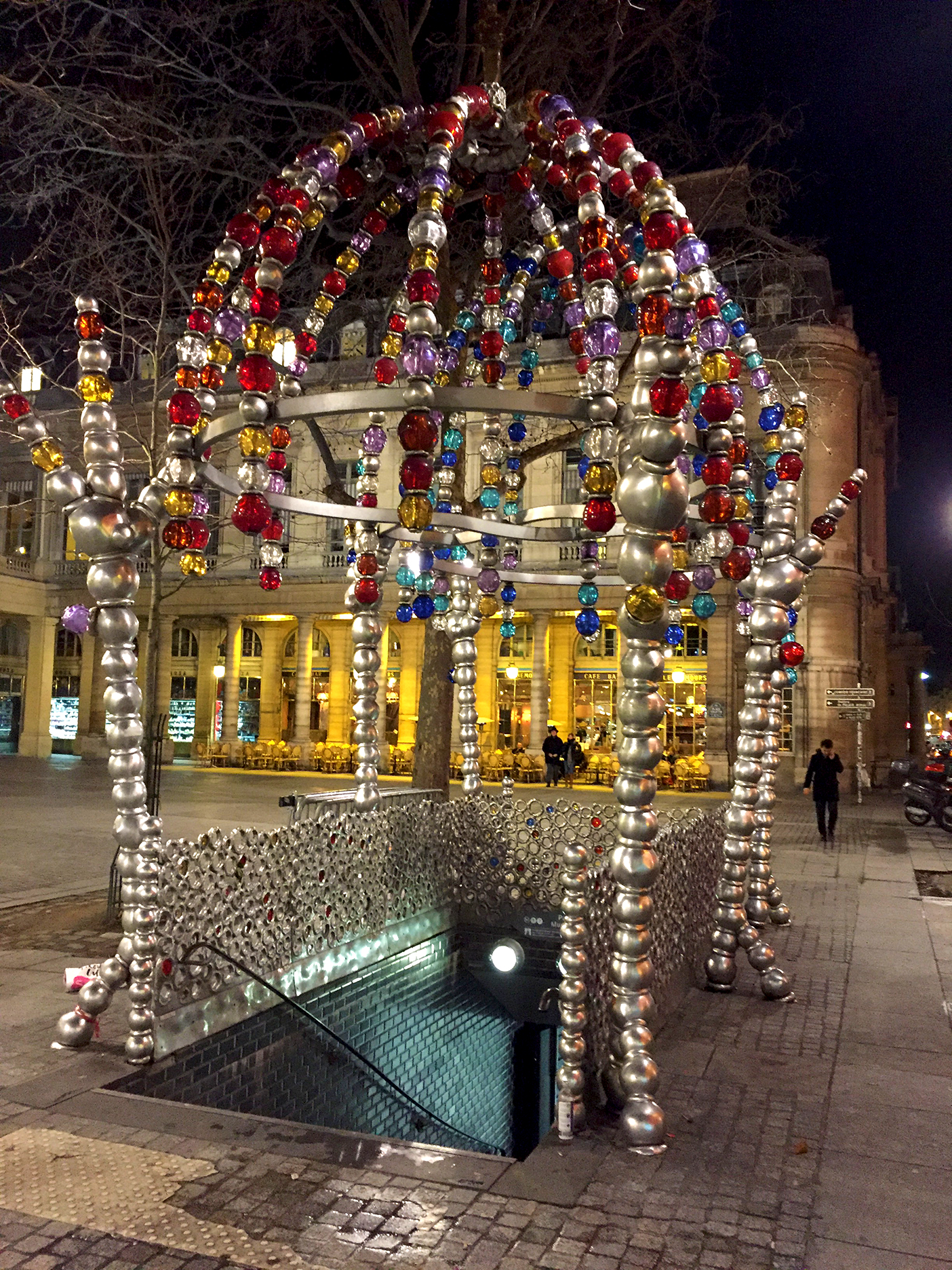 Le Kiosque des noctambules was erected in 2000 on place Colette. Made of aluminum spheres and Murano glass, it is an entrance for the Palais Royal-Musée du Louvre station.
