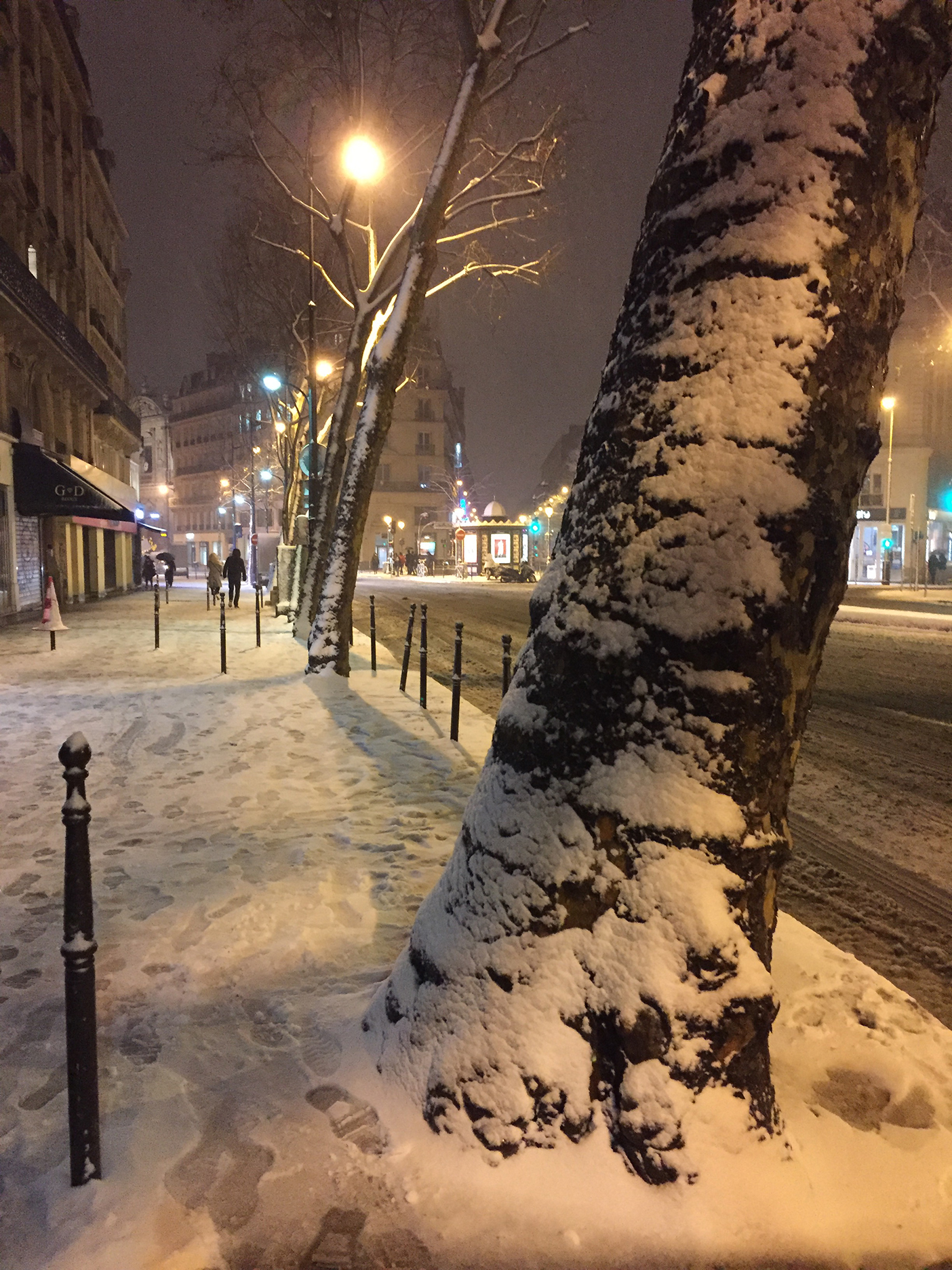 Cold and snowy on rue du Temple