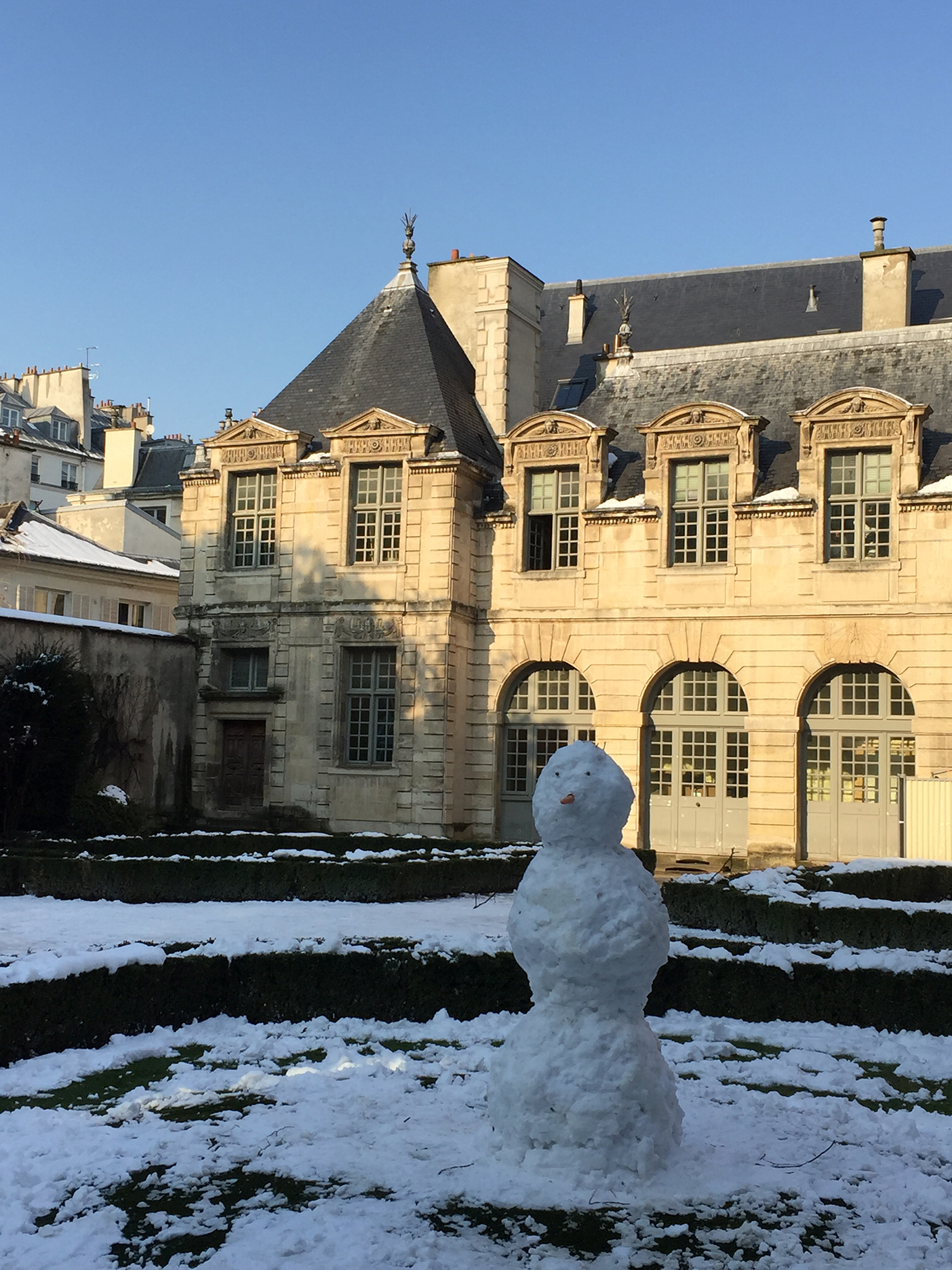 Ephemeral statue at Hôtel de Sully