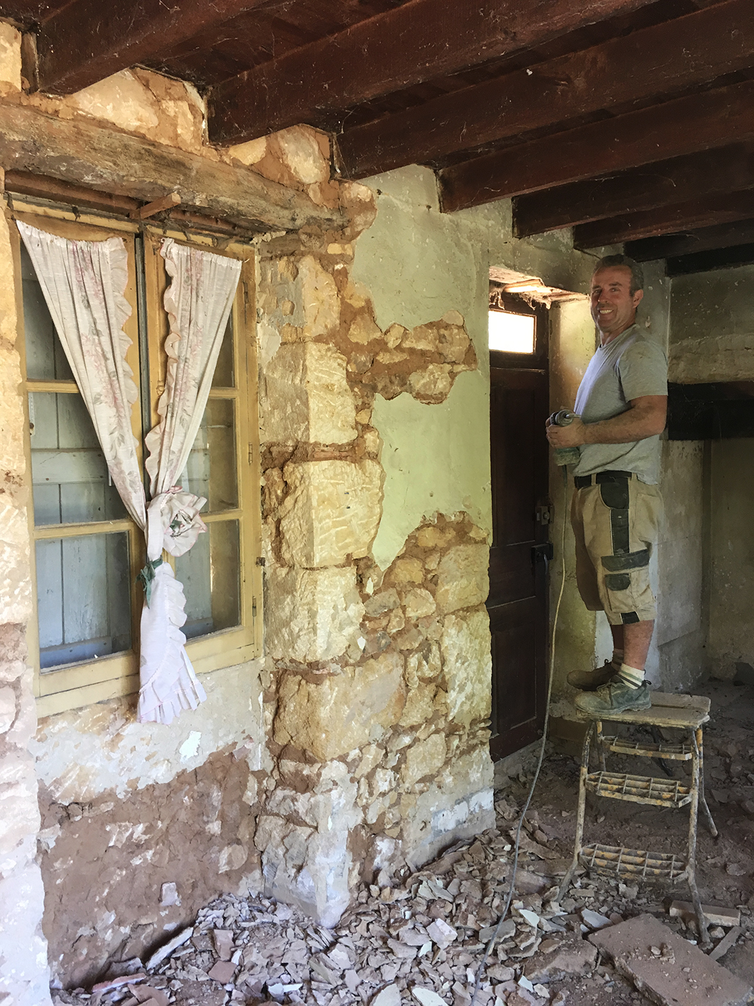 Thierry removes the old plaster