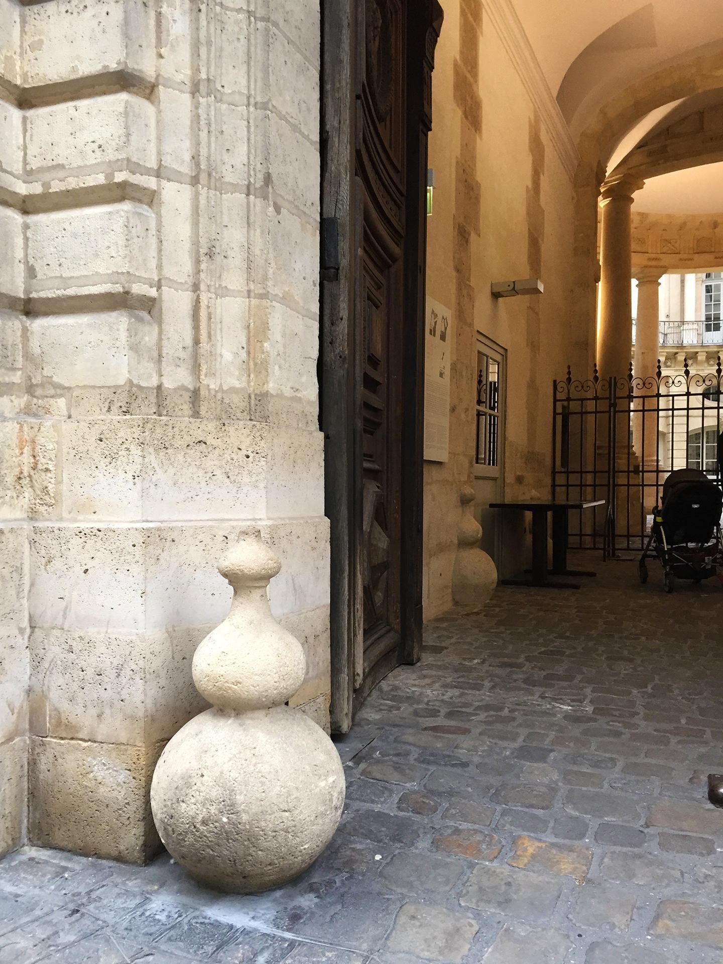 A fancier stone chasse-roue on rue François Miron.