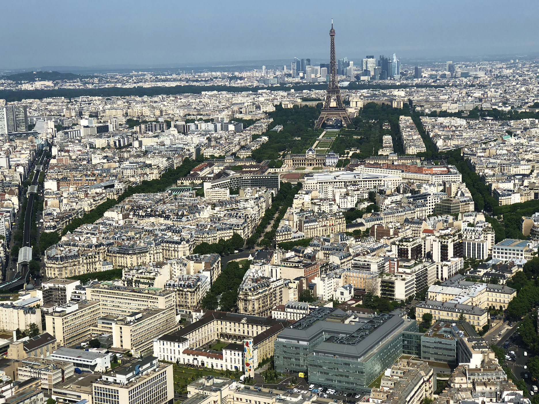 What a view! From left to right: métro aérien, bois de Boulogne, Ecole Militaire, Champs de Mars, Eiffel Tower, Palais de Chaillot, La Defense.