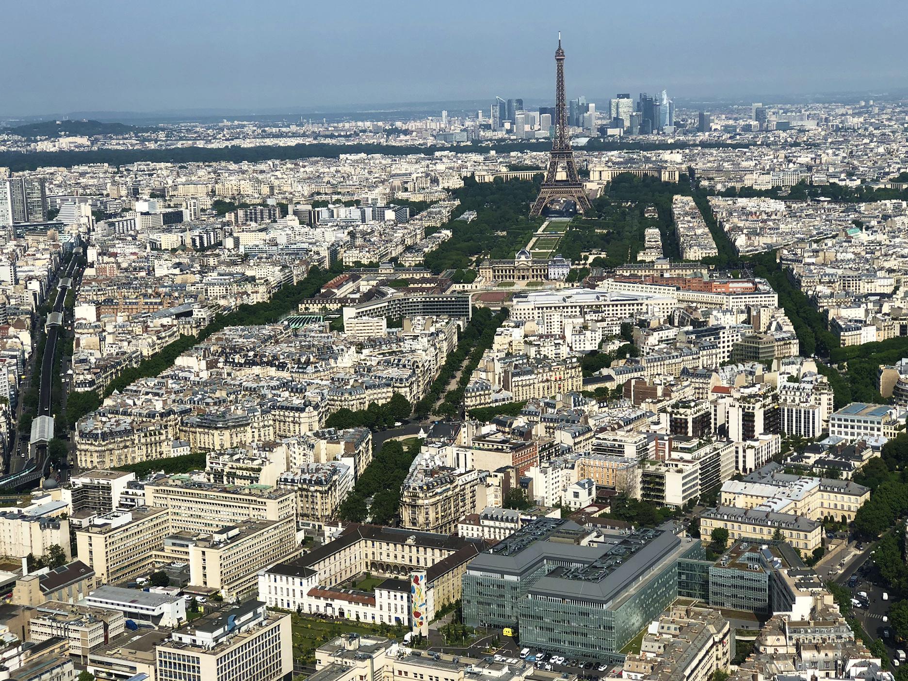 What a view! From left to right: métro aérien, bois de Boulogne, Ecole Militaire, Champs de Mars, Eiffel Tower, Palais de Chaillot, La Defense.
