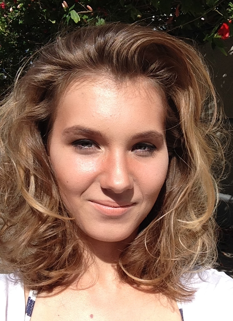 - Summer beach look - carefree curl with natural clean makeup