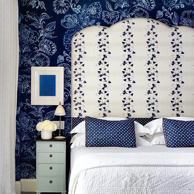 Into the Blue || Who doesn't love a luxe hotel stay?! Bold navy wallpaper layered with a #kitkemp signature oversized bedhead and crisp white linen would make a warm welcome for guests after a long day of #nyc exploring! 💙💙 Design @kitkempdesignthread | 📷 @simonbrownphotography @firmdale_hotels