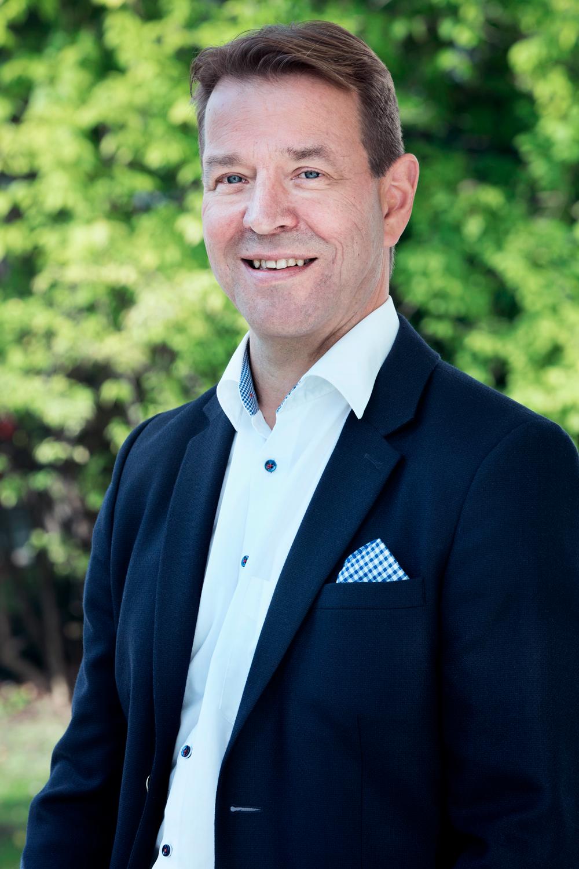Tuomas Partanen - Partner & rådgiver  Tuomas har over 34 års internasjonal erfaring fra IT-research, rådgivning, og ledelse. Han var i 27 år medeier og gründer av Marketviso, som opererte i Finland, Sverige, Russland, Ukraina og flere andre baltiske land.  I 2014 ble selskapet solgt til IT-giganten Gartner Group og Tuomas var 3 år i stillingen som regional vice president for Gartner Groups Executive programmer i 15 land.  De siste årene har Tuomas investert i og mentorert en rekke gründerbedrifter og større selskaper i Europa.  Han brenner for å hjelpe bedrifter med vekst, internasjonal ekspansjon, å bygge velfungerende team, salgsutvikling, ledelse, og støtte gjennom endring og omstilling.  mail: tuomas@fjeldstadandpartners.no  tlf: +35 84 00 80 14 96