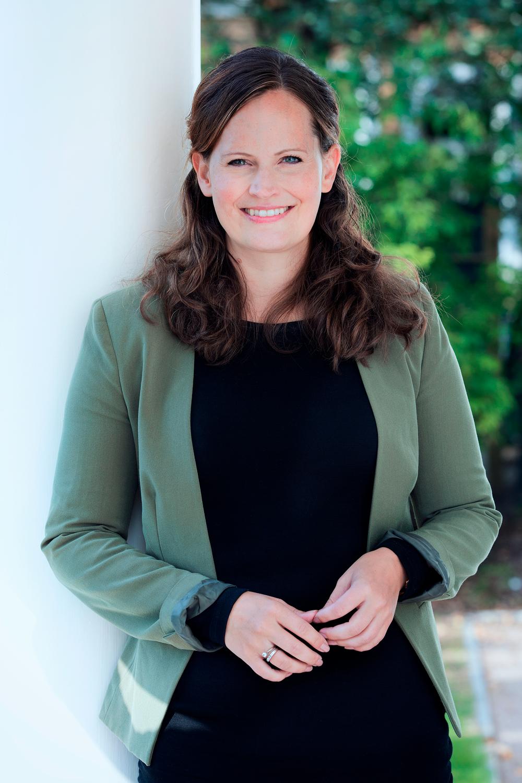 Marianne Ryeng - Seniorrådgiver  Marianne er prosjektleder og siviløkonom med spesialisering i organisasjonspsykologi og ledelse. Hun brenner for samhandling, og ser bevisst kommunikasjon som et uvurderlig verktøy for å oppnå resultater. Hun har siden 2008 spilt en viktig rolle i arbeidet med å bygge opp- og utvikle Fjeldstad & Partners. Hun har sin kompetanse i skjæringspunktet mellom forretning og mennesker, og er spesielt dyktig til å utvikle og støtte ansatte gjennom endringsreiser. Tidligere har Marianne bl.a. jobbet i Gartner Inc, med mikrofinans i Tanzania, som ridelærer, og med vanskeligstilt ungdom.  Det Marianne gjør for kundene våre er bl.a. design og gjennomføring av lederutviklings- og endringsprogrammer, 1:1 coaching, presentasjons- og formidlingsteknikk kurs, bevissthet og trening i påvirkning og motivasjon, og hvordan strategi og planer kan brytes ned i det praktiske for å få det til å virke. Marianne har stor erfaring i hvordan bedriftskulturer forbedres, og er med i våre programmer for salgsutvikling. Som bedriftsrådgiver er Marianne spesielt god på å forstå balansen mellom overordnede mål og krav om resultater – og den enkelte ansatte.  mail:  marianne@fjeldstadandpartners.no   tlf: 920 39 595