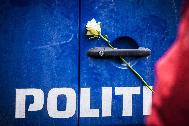 Uddeling af hvide roser - også til politiet