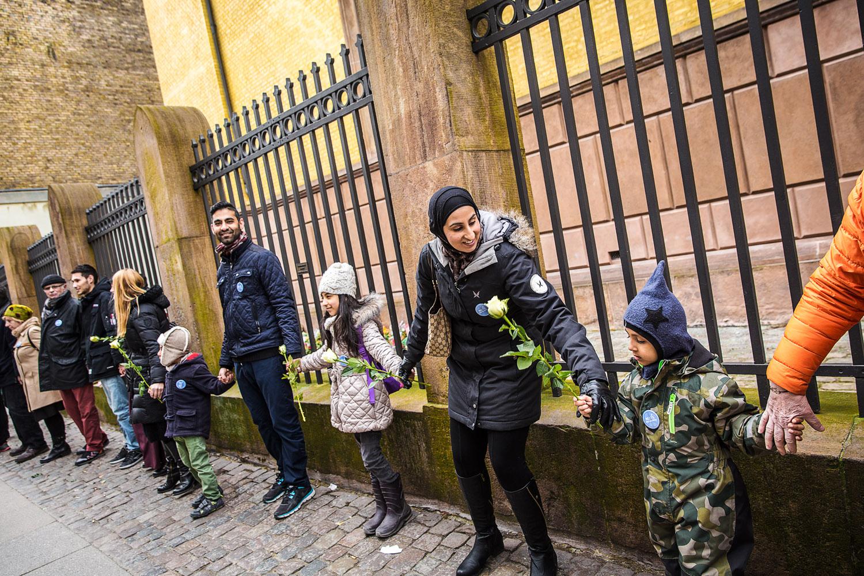 Både børn og voksne deltog i fredsringen i Krystalgade