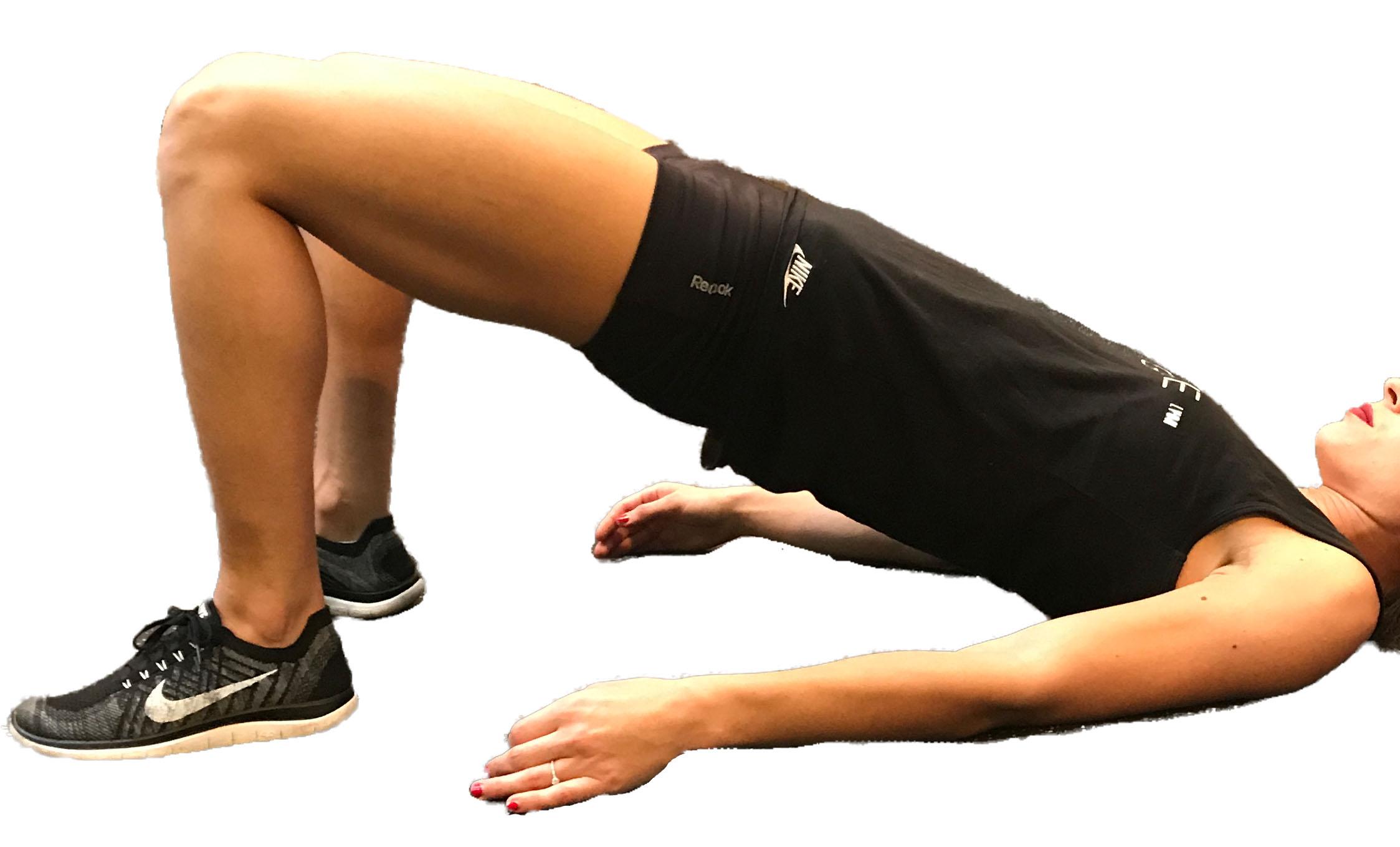 - Shoulder bridge : Allonger au sol, les genoux fléchis proches des fessiers et les pieds écartés (largeur de bassin), montez les fesses le plus haut possible, maintenez 3 à 5 secondes la position en poussant fit sur les talons puis contrôlez la descente.