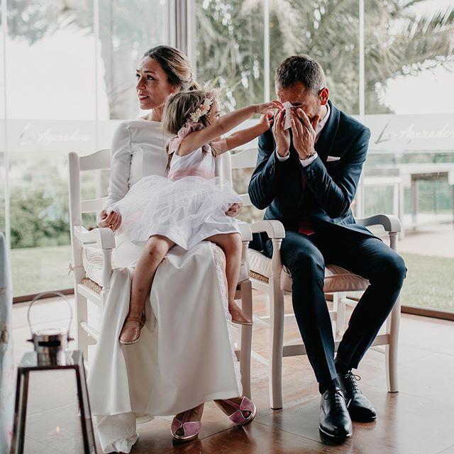 Creo que es una de las fotos más bonitas que he hecho nunca y no la había subido por aquí... ♥️ En la boda de sus papás, Vega se sienta en mitad de la ceremonia en el regazo de su mamá mientras a su papá se le escapan lágrimas de emoción y felicidad. A mi es que esta familia me emociona y me pone muy tierno el corazón ☺️