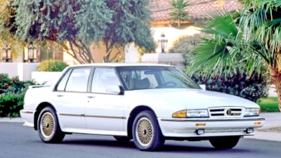 """1988 Pontiac Bonneville SSE  -It was Considered by many to be the best AMerican sports sedan of the 1980s. Performance-wise, the SSE absolutely delivered the goods. But When it came to looks, well...""""pontiac style"""" couldn't help this corporate cutout of a full-sized car (www.youtube.com)"""
