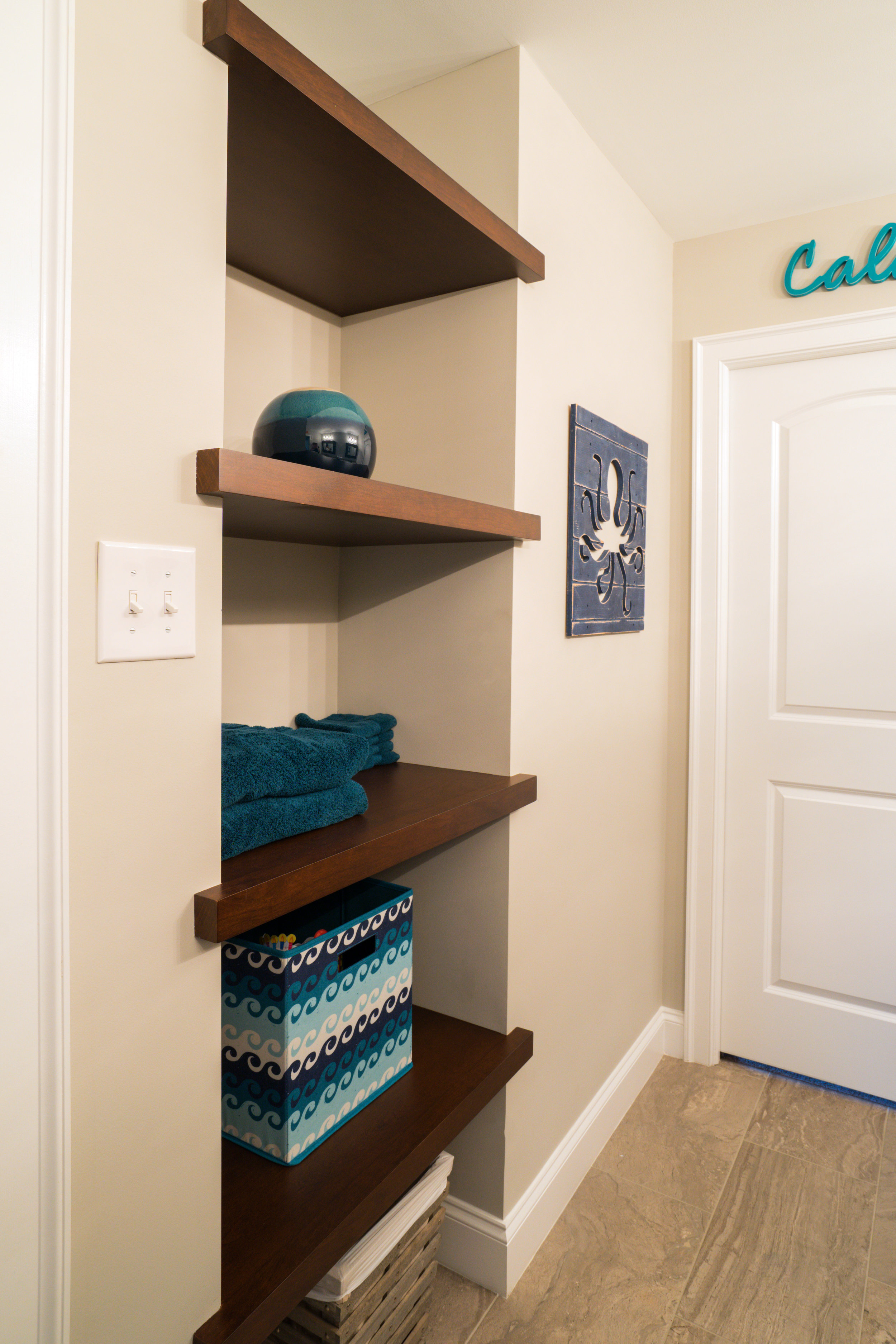 Floating shelves in Niche