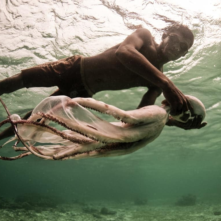 The Shape of Water - THE BOD EDIT: Deep in the waters of Southeast Asia, the Bajau swimmers dive to depths of 70 meters on a single breath. While the rest of mankind exists on land, this ethnic Malaysian tribe has evolved to life at sea.(2 August 2018)