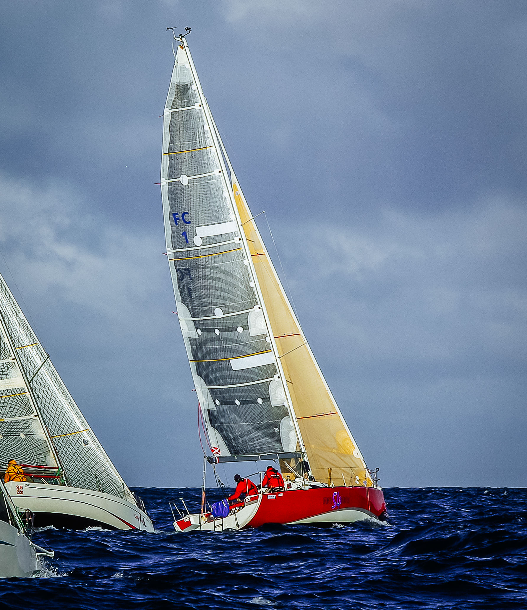 The white boat on the left, is using Tape-Drive sails, while the red boat's mainsail is an X-Drive sail made with carbon tapes on a polyester base laminate.