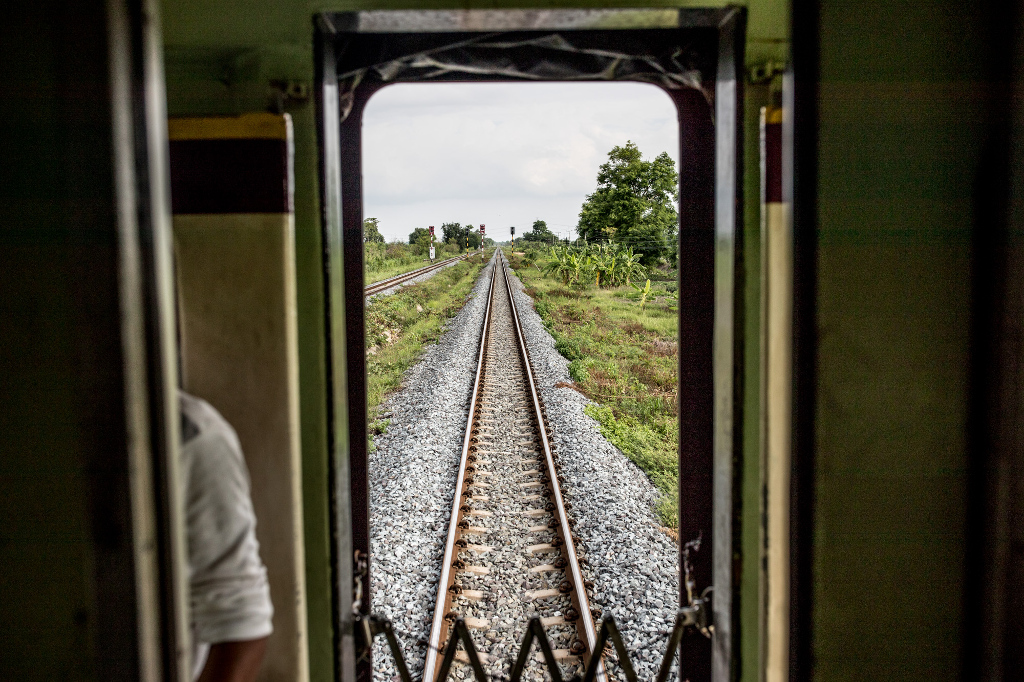Canon EOS-1D X Mark II, EF35mm f/1.4L II USM lens, f/4, 1/1250sec, ISO100 – A view of the railroad tracks from aboard a train heading from Bangkok to Chiang Mai