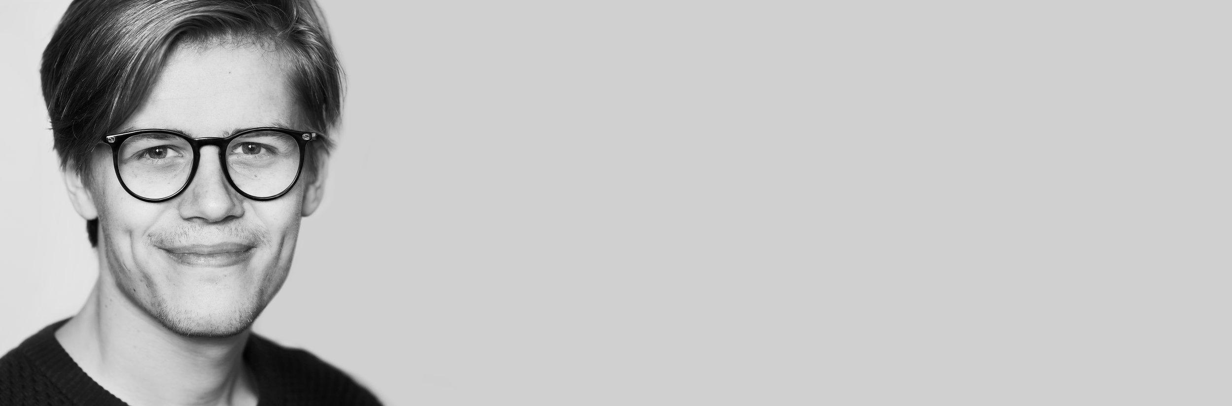 Rasmus - Rasmus er det nyeste skud på stammen.Han elsker at lære et nyt kamera at kende og kaster sig hurtigt over div projekter foto såvel som video. Udover fotografiet så har Rasmus spillet musik det meste af hans liv og elsker at opdage nye kunstnere. Spiller du en sang fra dette årtusinde, så er der nok en god chance for at Rasmus kender den.