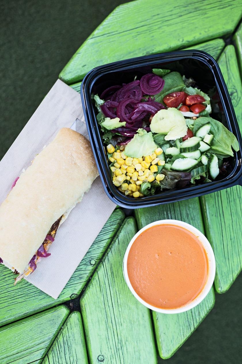COBB Saláta, PULLED PORK szendvics és Paradicsom leves