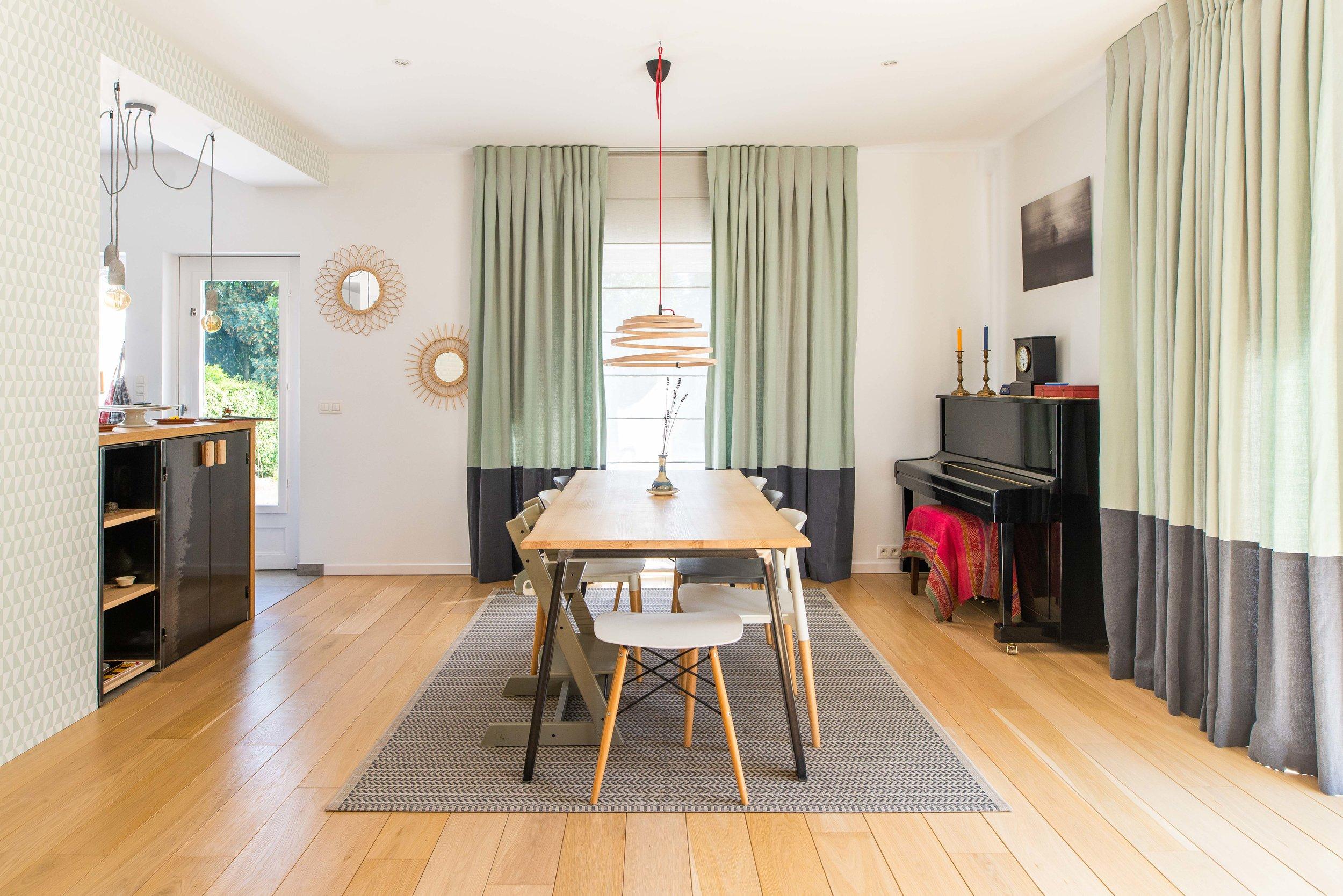 Maison familiale à Uccle - La demande était d'apporter de la chaleur par les matières, les tentures et papiers peints, le tout dans des tons doux et apaisants...
