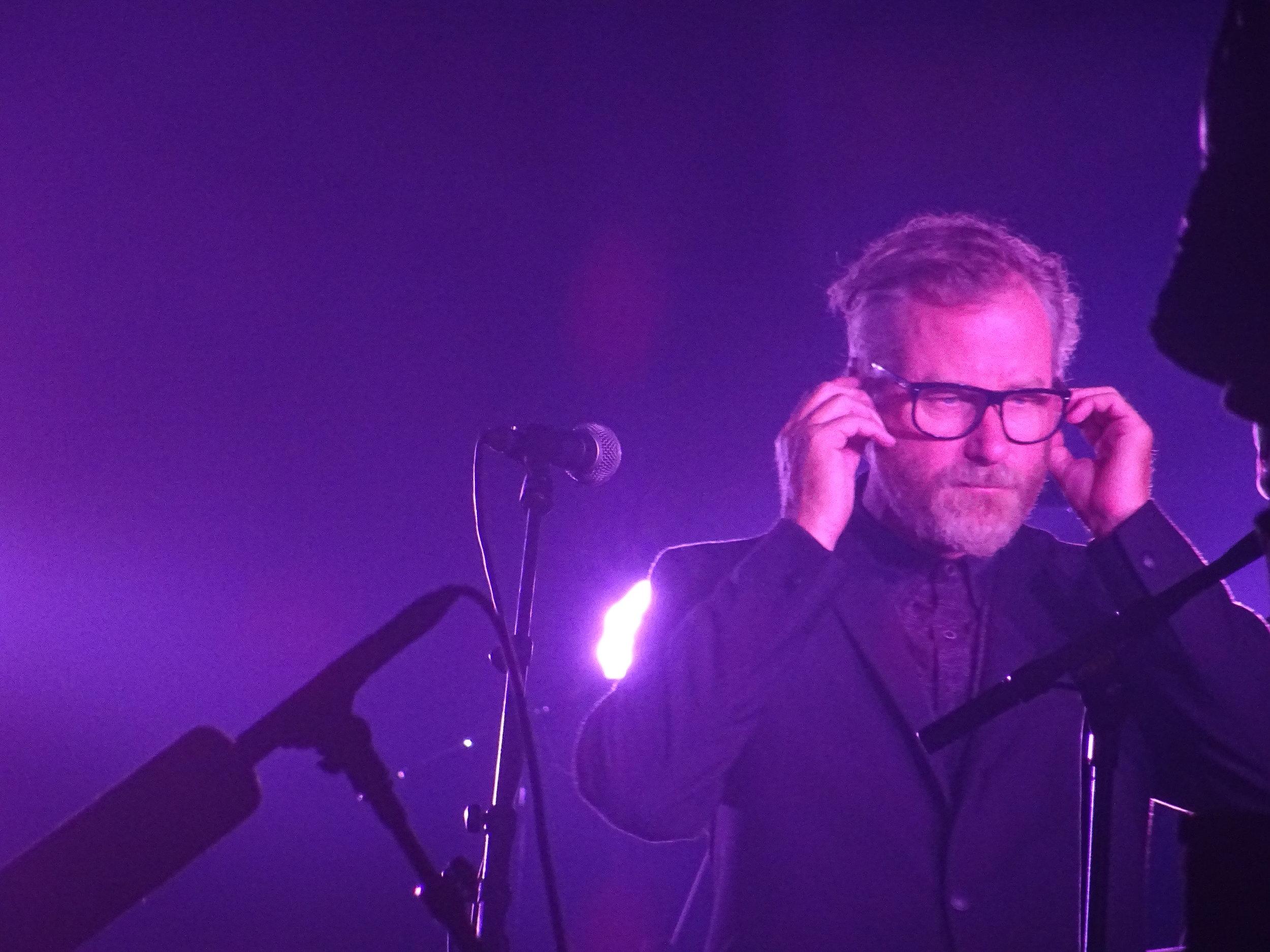 Matt Berninger between songs, (c)Philip Giouras @ The Perfect Tempo