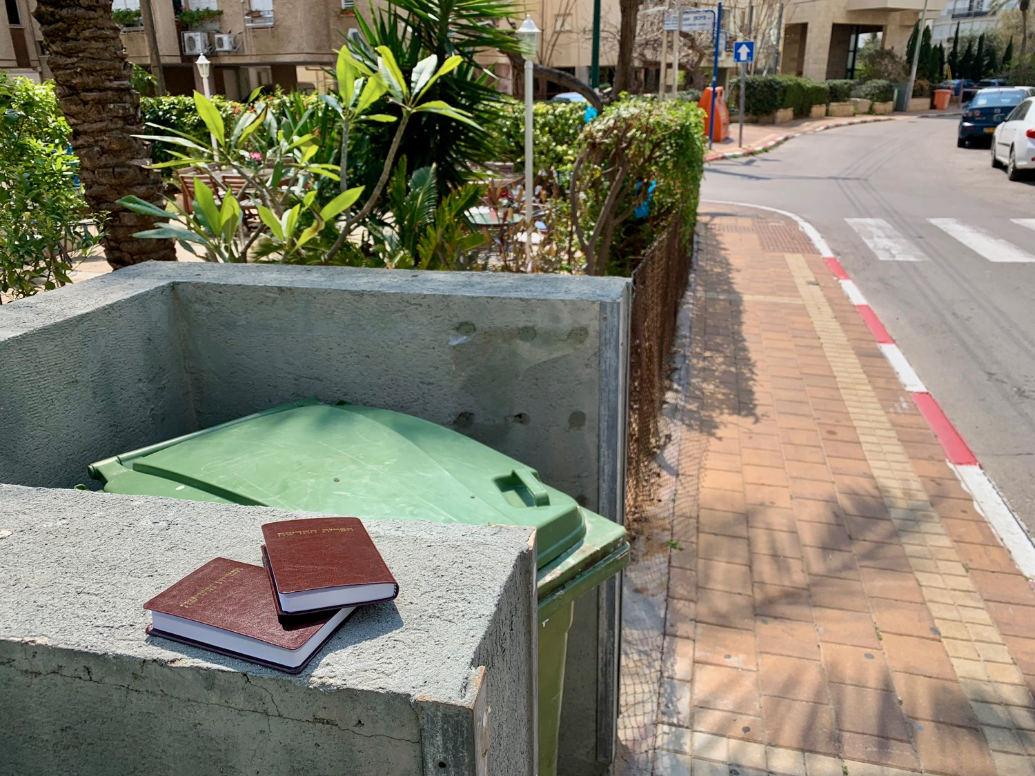 These Hebrew New Testaments were scarfed up by day's end in Netanya.