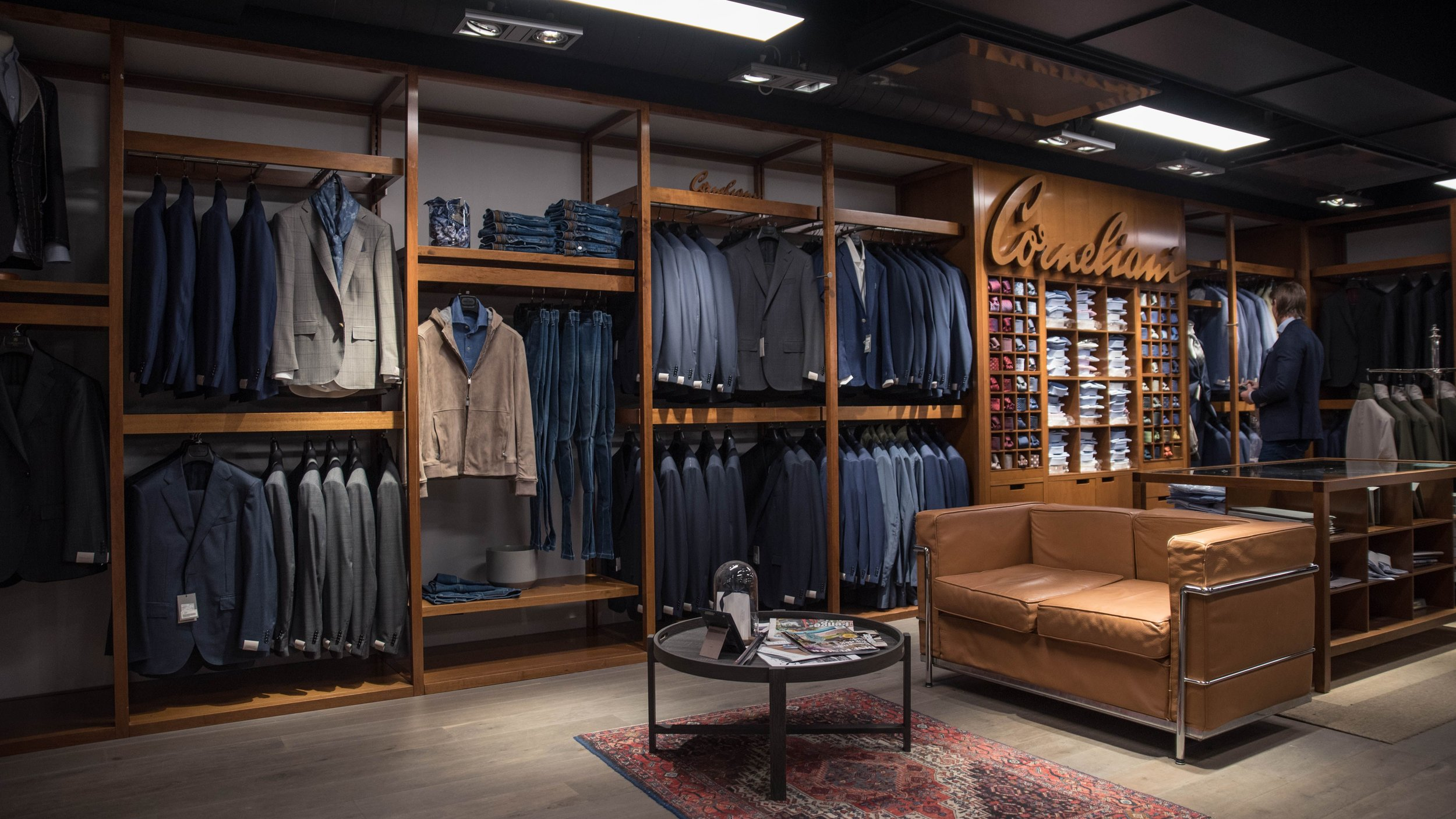 Corneliani Shop in Shop - Som en av to Corneliani Shop in Shops i Scandinavia tilbyr vi ett bredt utvalg av konfeksjon fra Corneliani. Vi tilbyr også målsøm i samarbeid med Corneliani.