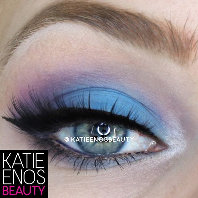 I don't know what it is about this color combo that makes me love it so much but it's definitely not for the timid! Here's how I achieve this look: . • CREASE: #MocaJavaShadowsense • LOWER CREASE: #VioletShadowsense • LID: #BlueShadowsense • OUTER CORNER: #IngidoShadowsense • INNER CORNER: #SnowShadowsense • OVER SNOW: #GlacierGlitterShadowsense • LINER: #BlackEyesenseLiquidLiner • WATERLINE: #NavyEyesensePencil . You can grab all of these colors by texting the word 'order' to the number in my bio or by sending me a quick DM! And remember: YOU ONLY HAVE A FEW MORE HIURS TO CHOOSE YOUR OWN DISCOUNT: . Spend: ❤️ $50+ and get 5% off ❤️ $100+ and get 10% off ❤️ $150+ and get 15% off ❤️ $200+ and get 15% off PLUS no tax! . #imakeuplikethis #wakeupandmakeup #chooseyourowndiscount #lipsense #senegence #makeupartist #makeuptutorial #beautyblogger