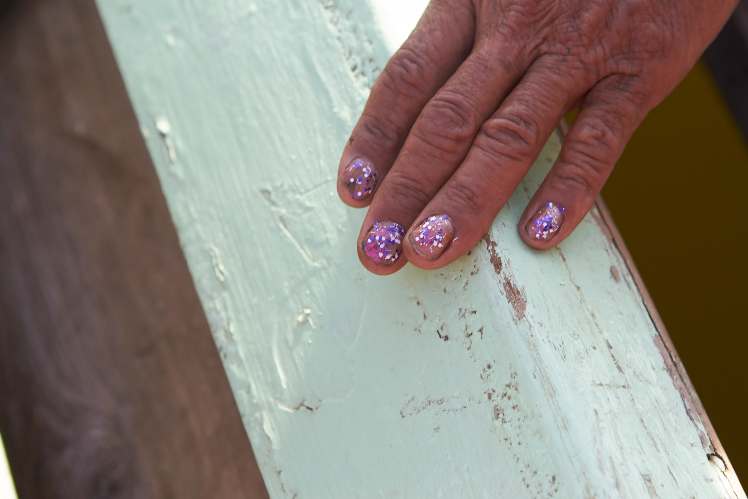 Statements. - Wearing nail varnish is common among men